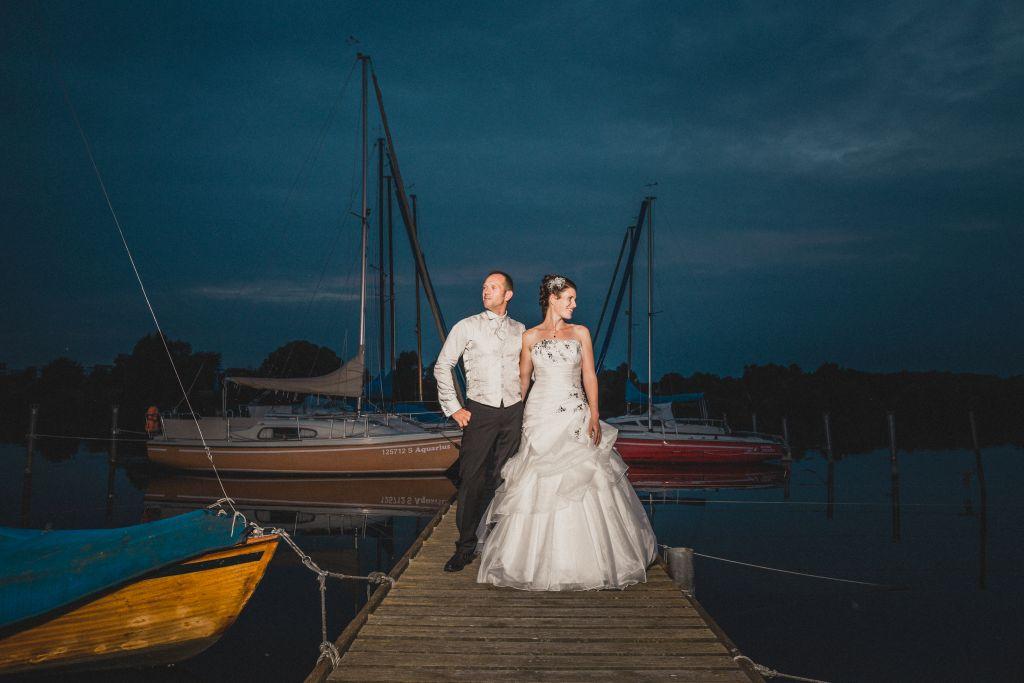 Melanie und Niels feiern ihre Hochzeit in Salzgitter. Dieses Foto zeigt unser Brautpaar am Salzgittersee.