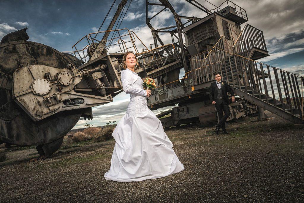 Hochzeitsfotograf Liebesvogel machte dieses Hochzeitsfoto in Schöningen am an einem alten Braunkohlebagger mit Kathis und Hannes.