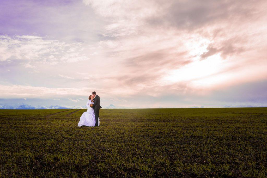 Hochzeitsfotograf Liebesvogel machte in Helmstedt ein stürmisches Foto mit Kathi und Hannes.